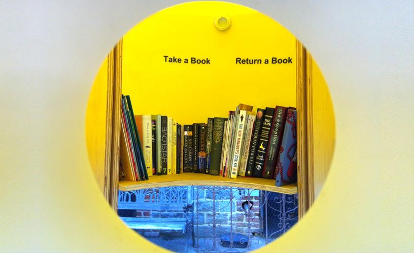 prendi un libro, lascia un libro (little free library)